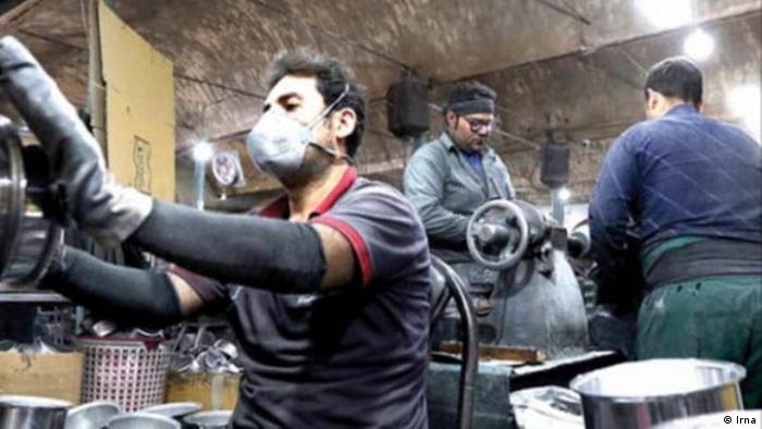 بر اساس گزارش مرکز آمار ایران، اشتغال و فعالیتهای مرتبط برای مزد در بهار سال ۱۳۹۹ برای مردان بیشتر از زنان بوده و به ۴ ساعت و ۴۸ دقیقه رسیده است.