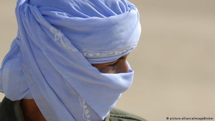 Portät eines Mannes mit hellblauem Tuch um Kopf und Mundpartie (picture-alliance/imageBroker)