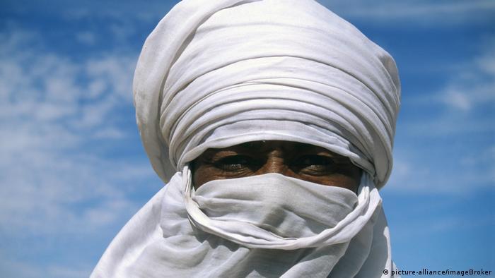 Ein Targi mit Kopfbedeckung und Gesichtsschleier aus weißem Stoff (picture-alliance/imageBroker)