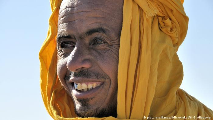 Berber man wearing a yellow litham (picture-alliance/ blickwinkel/W. G. Allgoewer)