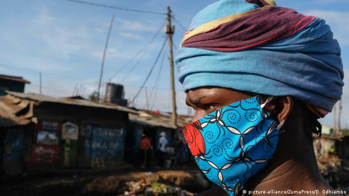 A local designer David Avido takes a posture in his self made face mask that he has also supplied to the community around Kibera (picture-alliance/ZumaPress/D. Odhiambo)