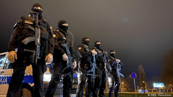 Bosnien-Herzegowina Polizisten während Ausgangssperre