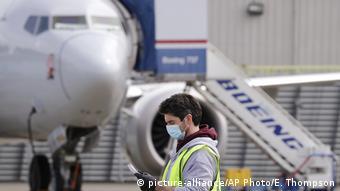 Foto de un empleado de aeropuerto con mascarilla