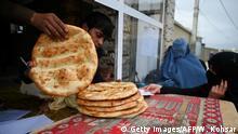 Afghanistan | Afghanische Behörden verteilen Brot an die Bevölkerung in Kabul
