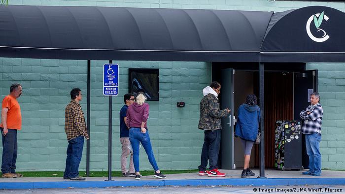Fila do lado de fora de loja de cannabis na Califórnia. Consumidores estão de pé, mantendo distância de dois metros uns dos outros.
