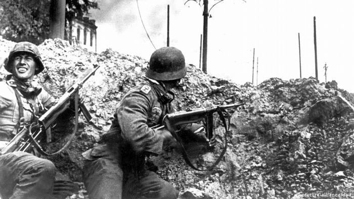 با پیوستن برادران اشمیسر با نام هوگو و کارل، کارخانه اسلحه سازی هنل ناماش جهانی شد. این دو برادر Mp44 اولین تفنگ هجومی دنیا را در سال ۱۹۴۴ تولید کردند. طراحی تفنگهای هجومی (تفنگهای خودکار با فشنگ متوسط همچون ام۱۶ و کلاشنیکف) که امروزه به سلاح اصلی بیشتر ارتشهای دنیا تبدیل شدهاند، بر اساس این تفنگ انجام گرفته است.