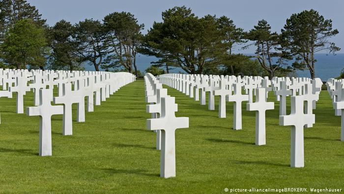 Сотні хрестів на американському кладовищі в Омаха-Біч, Франція