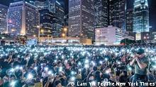 """***ACHTUNG: Bild nur zur Berichterstattung über den Bildband """"Fotos für die Pressefreiheit 2020"""" von Reporter ohne Grenzen verwenden und außerdem mit dem Vermerk Bildausschnitt versehen!*** via Anne Höhn Hongkong Großer Andrang bei einer Solidaritätsveranstaltung für verhaftete Demonstranten: Seit Juni 2019 kam es in Hongkong zu mehr als 6.000 Festnahmen. © Lam Yik Fei für The New York Times People take part of the rally in support of those detained at the opaque San Uk Ling detention center in Hong Kong on 27 September, 2019. Lam Yik Fei for The New York Times."""