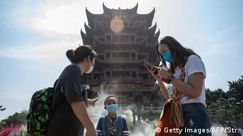 China Wuhan | Hubei verringert die Corona-Alarmstufe (Getty Images/AFP/Str.)