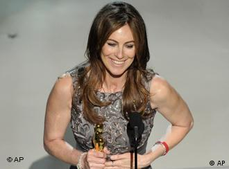 Kathryn Bigelow mit Oscar bei der Verleihung (AP Photo/Mark J. Terrill)