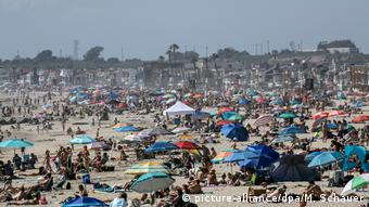 Переполненный пляж в Калифорнии