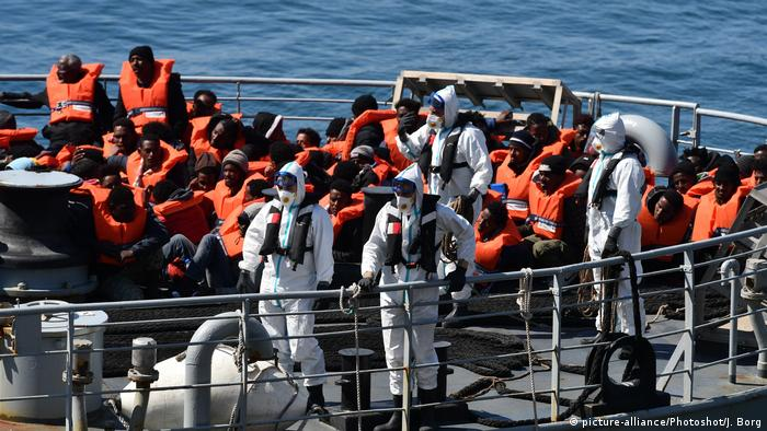 Migrants on a Maltese armed forces vessel (picture-alliance/Photoshot/J. Borg)