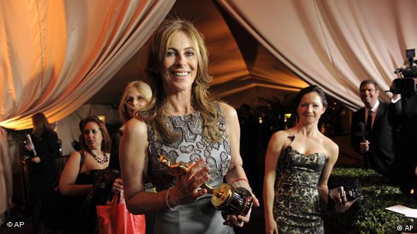 Kathryn Bigelow holding her Oscar