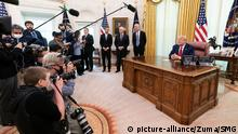 May 1, 2020, Washington, The District of Columbia, United States Of America: President Donald J. Trump, joined by Vice President Mike Pence and United States International Development Finance Corporation CEO Adam Boehler, meets with Gilead Sciences, Inc. CEO Daniel OÕDay to announce that an FDA emergency use authorization has been granted for GileadÕs remdesivir drug to treat COVID-19 patients Friday, May 1, 2020, in the Oval Office of the White House..People: President Donald Trump. (Credit Image: © SMG via ZUMA Wire |