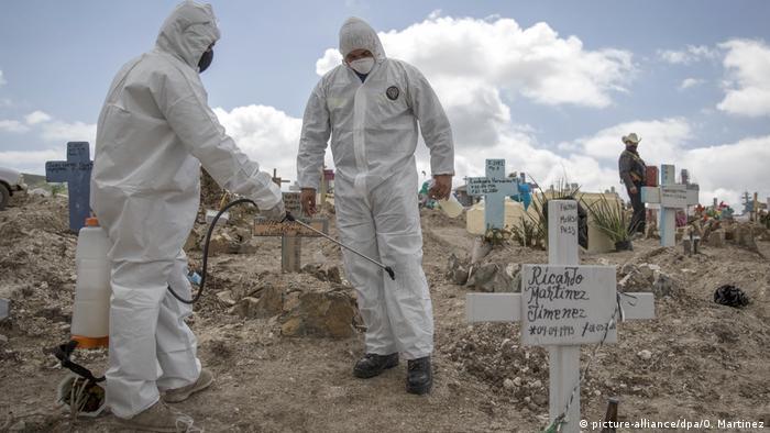 Mexiko Tijuana Desinfektion nach Beerdigung (picture-alliance/dpa/O. Martinez)