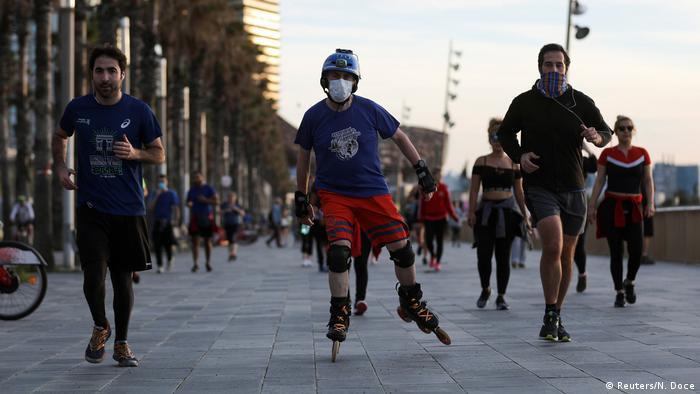 بالقرب من شاطئ برشلونة.. هواة رياضة الجري يعودون لممارسة رياضتهم المفضلة بعد رفع إجراءات العزل