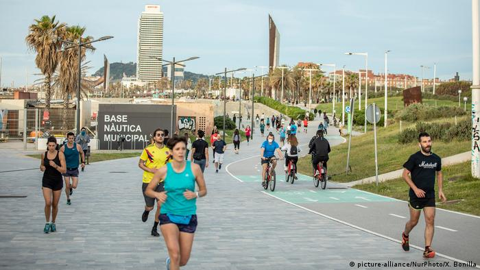بعد تخفيف إجراءات العزل العام، بعض الإسبان يمارسون الرياضة بالقرب من شاطئ برشلونة