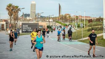 Жители Барселоны совершают пробежку на свежем воздухе