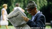 Älterer Mann liest konservative ungarische Tageszeitung in einem Park, Magyar Nemzet, Budapest, Ungarn, Europa   Verwendung weltweit, Keine Weitergabe an Wiederverkäufer.