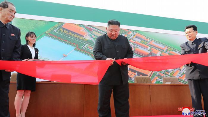 Kim Jong-un corta faixa durante inauguração de fábrica de fertilizantes