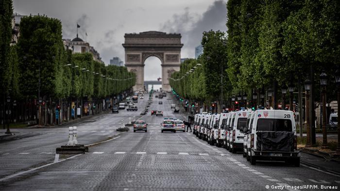 Activado el 24 de marzo, el estado de emergencia sanitaria se prorroga porque su levantamiento el 23 de mayo sería prematuro, según el proyecto de ley examinado este sábado en consejo de ministros y que debe ser debatido a partir del lunes en el Parlamento. El nuevo coronavirus ha causado 24.594 muertos en Francia, según el último balance oficial comunicado el viernes (02.05.2020).