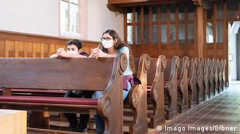 Deutschland Tübingen Symbolbild beten in Kirche