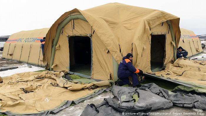 Сотрудники МСЧ РФ 12 апреля 2020 года устанавливают мобильный госпиталь в селе Белокаменка, где произошла вспышка коронавируса