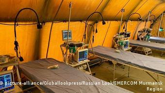 Койки для больных коронавирусом в мобильном госпитале у села Белокаменка Мурманской области