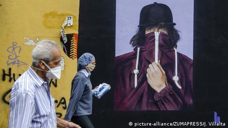 Pessoas de máscara em Caracas