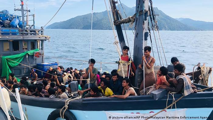 Para pengungsi Rohingya saat tiba d Pulau Langkawi, Malaysia, pada awal April 2021
