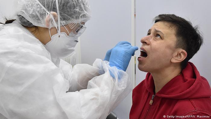 Медик берет тест на ковид