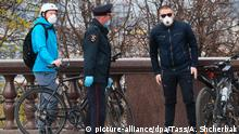 02.05.2020, Russland, Moskau: MOSCOW, RUSSIA - MAY 2, 2020: Law enforcement officers checking digital passcodes of people riding bicycles at the observation deck on Moscow's Sparrow Hills. Russian President Vladimir Putin has expanded non-working period till May 11, 2020 to prevent the spread of the novel coronavirus. Alexander Shcherbak/TASS Foto: Alexander Shcherbak/TASS/dpa |