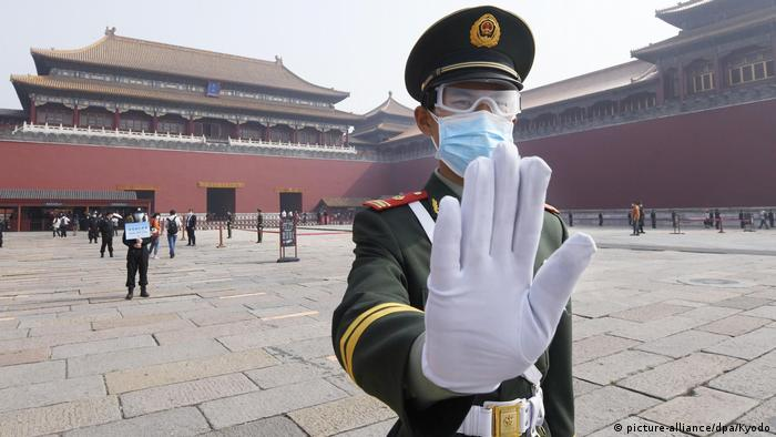 China Peking Verbotene Stadt | Coronavirus | Polizist & Mundschutz (picture-alliance/dpa/Kyodo)