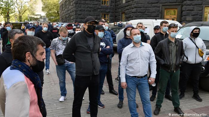 Представители малого и среднего бизнеса на акции протеста против ограничительных мер, связанных с пандемией коронавируса, в Киеве 29 апреля 2020 года