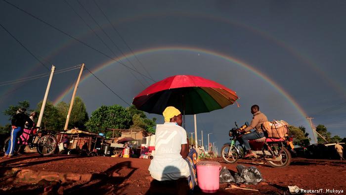 Kenija se u ovom trenutku istovremeno suočava sa mnogim krizama. Obilne padavine izazivaju poplave. Bujna vegetacija je hrana milionima skakavaca, koji pustoše sve pred sobom. A tu je i zabrana kretanja zbog pandemije virusa. Ali, ovaj znak na nebu daje malo nade da će i pošasti proći. (Reuters/T. Mukoya)