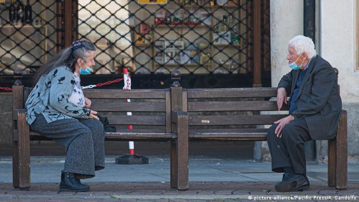 Ältere Bewohner von Turin beim - Corona-gemäßen - Schwätzchen auf der Piazza Castello (picture-alliance/Pacific Press/A. Gandolfo)