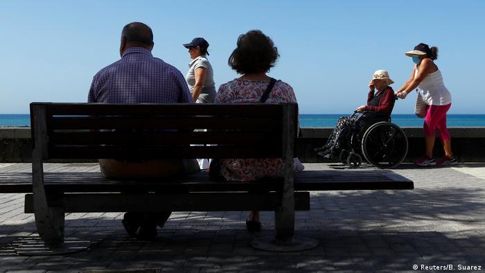 España registró la cifra diaria de fallecidos por coronavirus más baja desde hace dos meses y por debajo del centenar, tras la muerte de 87 pacientes en las últimas 24 horas, indicaron fuentes sanitarias. Se trata del número de fallecidos más reducido desde el 16 de marzo, cuando se registraron 21 muertos, siempre de acuerdo con el recuento oficial (17.05.2020).