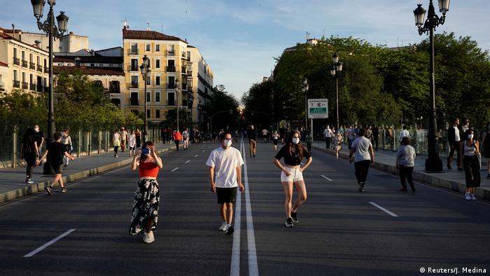 Orang-orang berjalan kaki dan berlari di Madrid, Spanyol.
