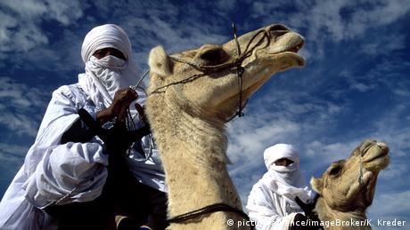 Zwei verschleierte Tuareg auf Kamelen (picture-alliance/imageBroker/K. Kreder)