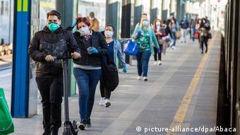 Жители Милана на улице в масках
