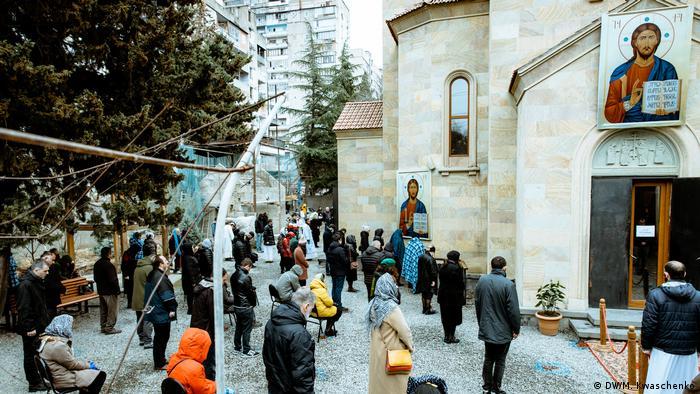 Прихожане у Крестовоздвиженского храма в Тбилиси