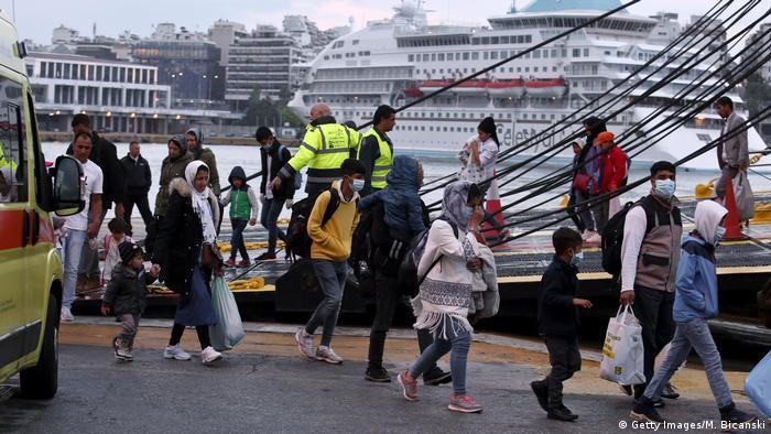 Griechenland | Migranten aus Moria werden aufs Festland verlegt (Getty Images/M. Bicanski)