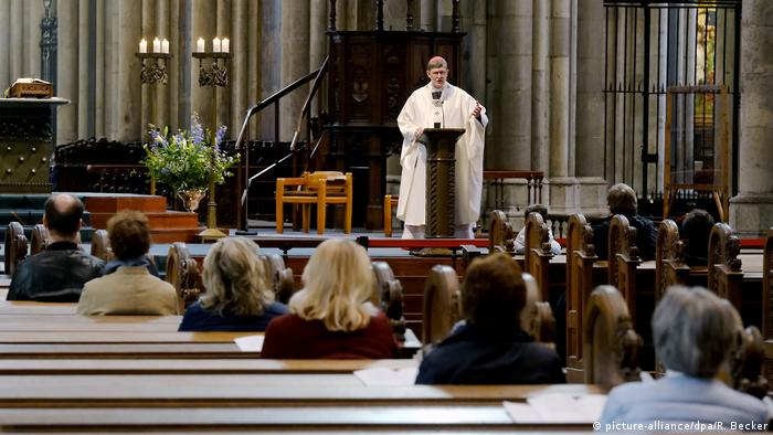 Priest at Cologne cathedral, briefing a smaller congregation than usual (picture-alliance/dpa/R. Becker)