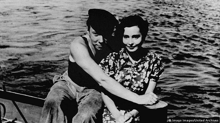 Filmstill Unter den Brücken: Ein Paar hält sich eng umschlungen auf einem Boot im Wasser
