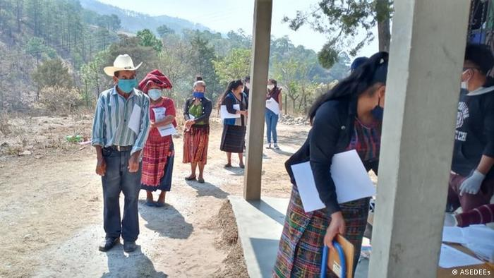 Masyarakat Guatemala sedang mengantre untuk mendapatkan perlengkapan kebersihan. (ASEDEEs)
