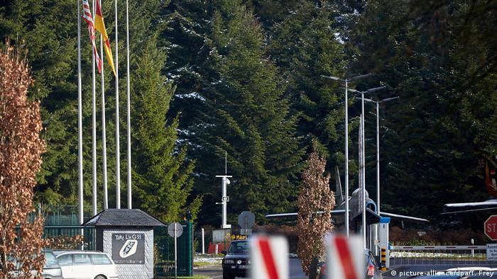 US-Flagge weht vor dem Haupteingang des Bundeswehr-Fliegerhorsts in Büchel (Foto: picture-alliance/dpa/T. Frey)