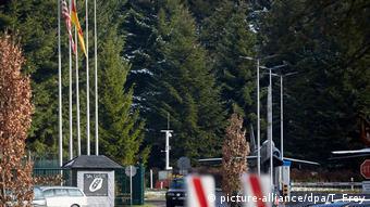 Авиабаза бундесвера в Бюхеле - американский и немецкие флаги на въезде
