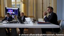 04.05.2020 *** 04.05.2020, Frankreich, Paris: Emmanuel Macron (r), Präsident von Frankreich und Jean-Yves le Drian (M), Außenminister von Frankreich, nehmen im Pariser Elysee-Palast an einer internationalen Videokonferenz über Impfungen teil. Im Kampf gegen die Covid-19-Pandemie will Frankreich 500 Millionen Euro für die internationale Zusammenarbeit bei der Entwicklung von Impfstoffen und Medikamenten bereitstellen. «Das «Jeder-für-sich» wäre ein großer Fehler», sagte Macron am Montag bei einer Online-Geberkonferenz. Dazu hatte EU-Kommissionschefin Ursula von der Leyen (M im Bildschirm) eingeladen. Foto: Gonzalo Fuentes/POOL Reuters/AP/dpa +++ dpa-Bildfunk +++ |