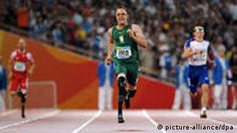 Oscar Pistorius (C) of South Africa competes in the men's 400M - T44 category at the National Stadium, known as the 'Birds' Nest' during the Beijing 2008 Paralympic Games, China, 16 September 2008. Pistorius won with a new world record time of 47.49 seconds. EPA/DIEGO AZUBEL +++(c) dpa - Bildfunk+++