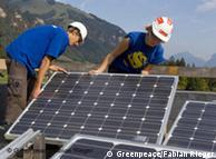 No topo:  jovens integrantes do Greenpeace instalam célula solar